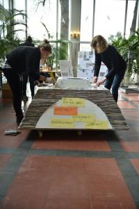 """Aktion von Annette Bartsch """"Wir bauen  einen Eiffelturm aus Grüßen"""" in Gedenken an die Terroranschläge / Foto: Wilfried Lenz"""