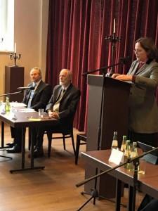 """Diskussion: """"Behindert Religion die freie Entfaltung des Menschen?"""" mit Moderatorin Dr. Ebba Hagen- berg-Miliu und den Gesprächspartnern Dr. Bekir Alboga, Prof. Dr. Gerhard Krieger, Wolfgang Thielmann und Ulrich Thomas"""